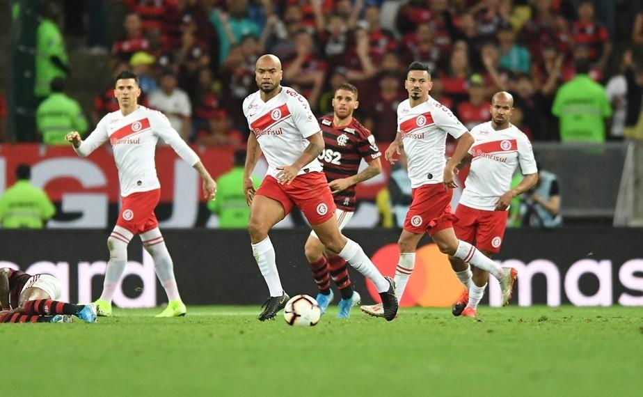 Análise: Inter abre mão de atacar, sofre pane de quatro minutos e vai atrás de epopeia no Beira-Rio