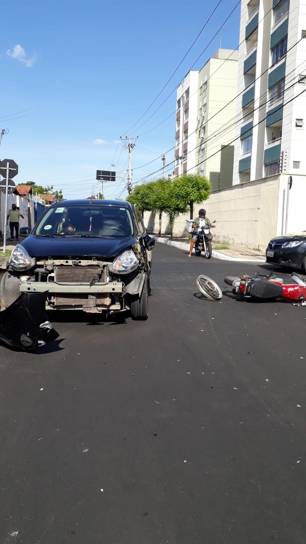 Motociclista fica ferido após acidente em cruzamento na Zona Leste de Teresina, nessa quarta-feira (13) — Foto: Nunci Santos