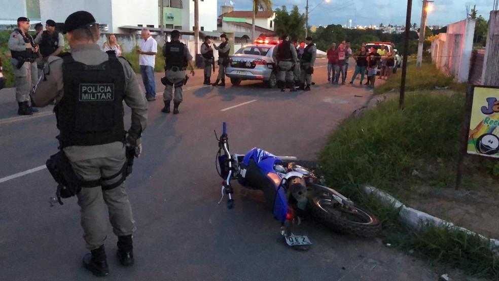 Polícia Militar fez isolamento da área após acidente com dupla suspeita no Geisel, em João Pessoa — Foto: Walter Paparazzo/G1