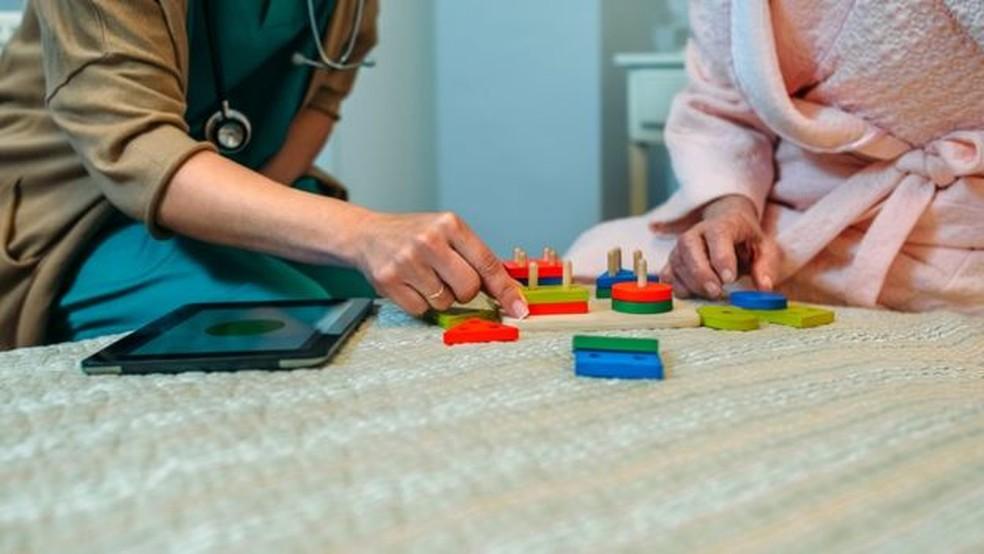 Atívidades lúdicas e que estimulem o cérebro são importantes para pacientes com Alzheimer (Foto: Getty Images)