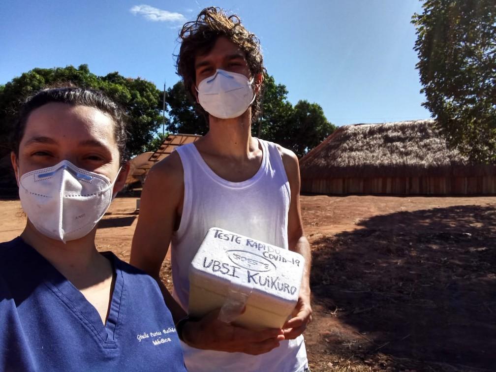 Giulia e colega profissional de saúde fazem testagem de pacientes na aldeia — Foto: Arquivo Pessoal