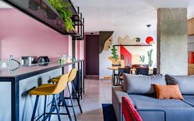 Sala de jantar com mural colorido na parede