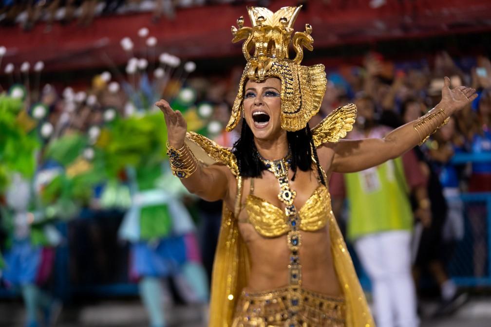 Paolla Oliveira desfilou à frente da bateria da Grande Rio interpretando Cleópatra — Foto: Marcelo Brandt/G1