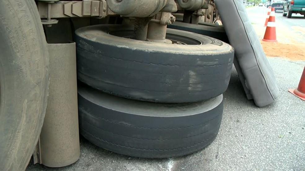Pneus do caminhão estavam carecas — Foto: Reprodução/ TV Gazeta