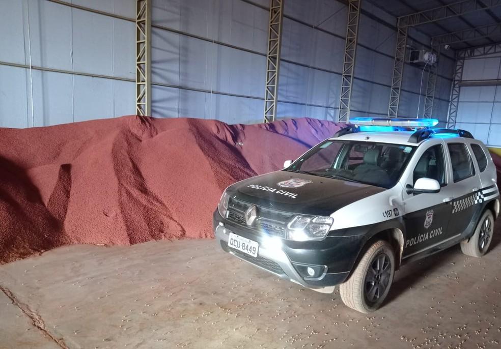 Produto estava armazenada em galpão de fazenda em MT — Foto: Polícia Civil