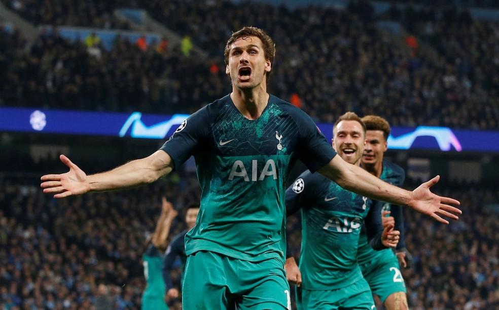 Llorente grita para celebrar o seu gol. Mas foi interrompido pela revisão do VAR... — Foto: REUTERS/Andrew Yates