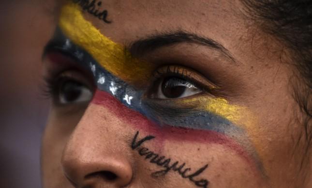 Manifestante participa de ato contra Maduro em Medellín
