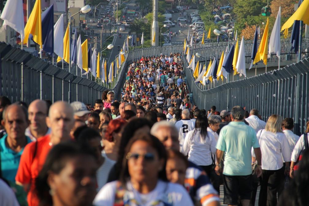 Fiéis lotam passarela da Basílica de Aparecida neste dia 12 (Foto: Carlos Santos/G1)