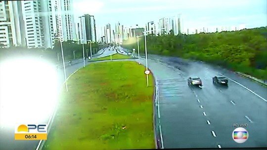 Motorista perde o controle, capota e derruba poste em via expressa na Zona Sul do Recife