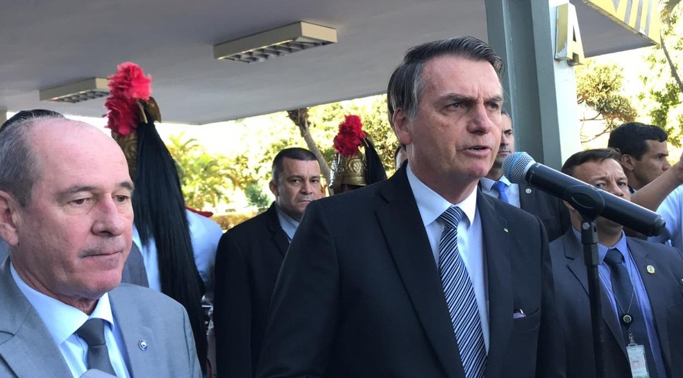 O presidente Jair Bolsonaro concede entrevista ao lado do ministro da Defesa Fernando Azevedo e Silva nesta terça-feira (2)  — Foto: Guilherme Mazui/G1