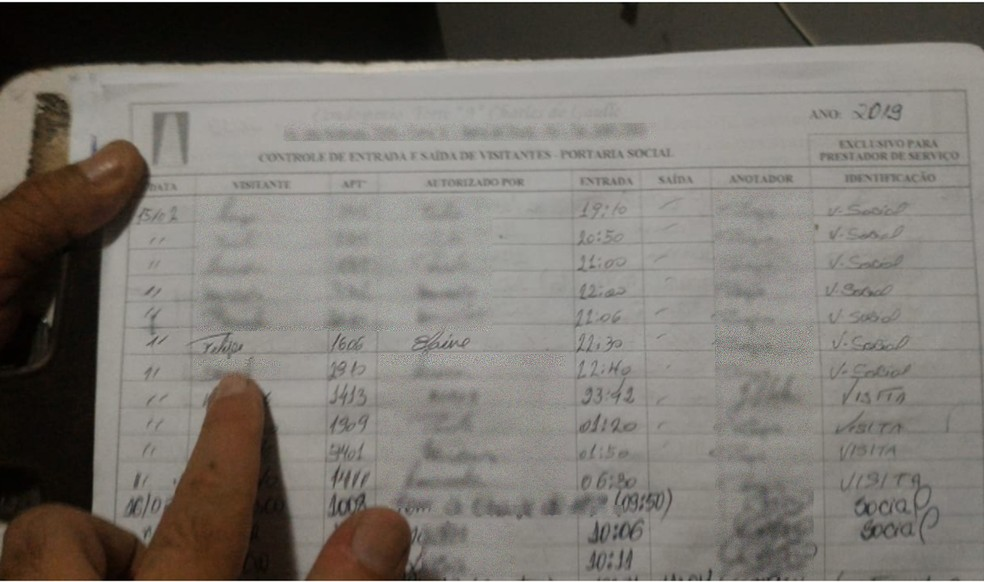 No registro da portaria do prédio onde mora a paisagista consta que Vinicius entrou no local se apresentando como Felipe — Foto: Reprodução