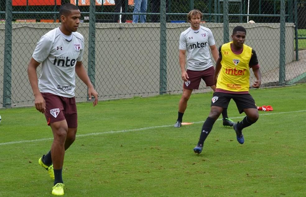 Bruno Alves (esq.) deve levar a melhor sobre Lugano (ao fundo) e ser titular da zaga tricolor (Foto: Divulgação/ São Paulo)