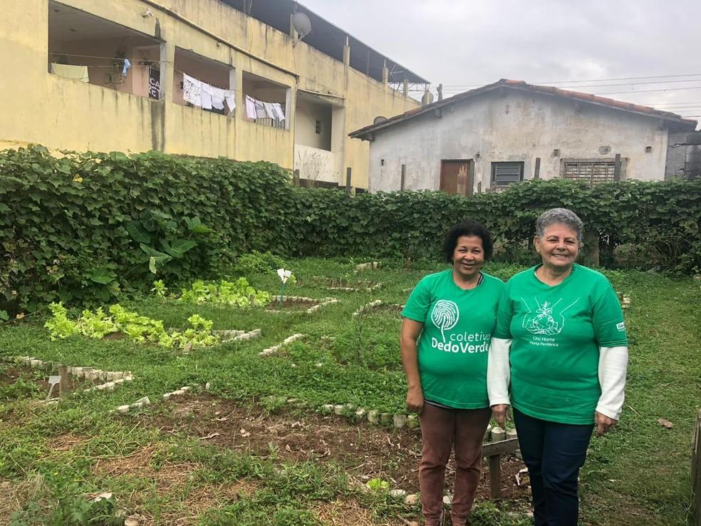 Dona Zilda e Dona Francisca consideradas as guardiãs da Horta Comunitária.  — Foto: Beatriz Magalhães/G1