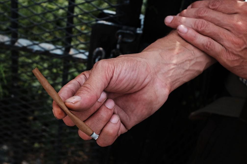Homem segura cigarro com canabinoides sintéticos em foto de 31 de agosto de 2015, em Nova York (Foto: Spencer Platt/Getty Images/AFP)