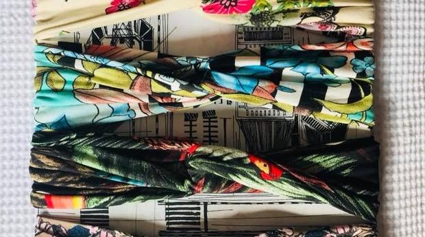 Cada faixa de cabelo da Las Vinchas carrega o nome de um livro (Foto: Divulgação)