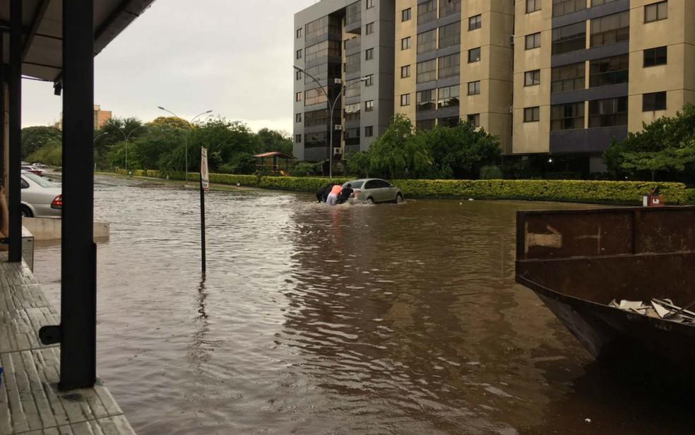 Chuva alaga quadra residencial da Asa Norte, no DF (Foto: Miguel Cesar/Arquivo pessoal)