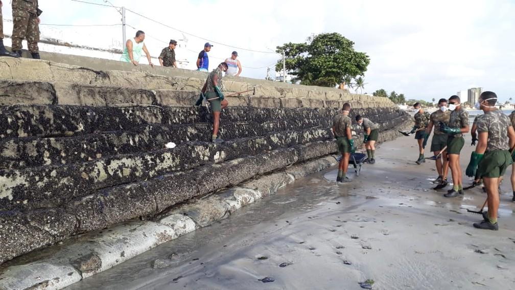 Óleo atingiu a Praia do Forte de Pau Amarelo, em Paulista, no Grande Recife e Litoral Norte da cidade, nesta quinta-feira (24) — Foto: Wellington Pereira/TV Globo