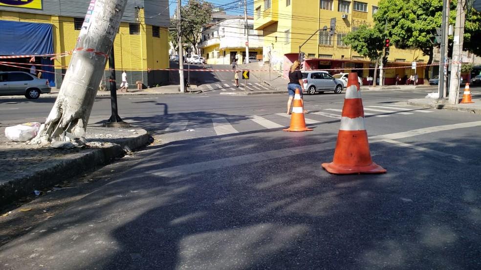 Trânsito foi interditado e poste precisará ser trocado — Foto: Raquel Freitas/G1