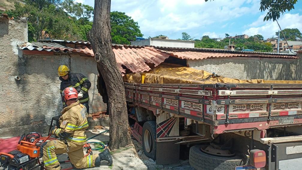 Caminhão bateu em imóvel em Ribeirão das Neves — Foto: Corpo de Bombeiros/Divulgação