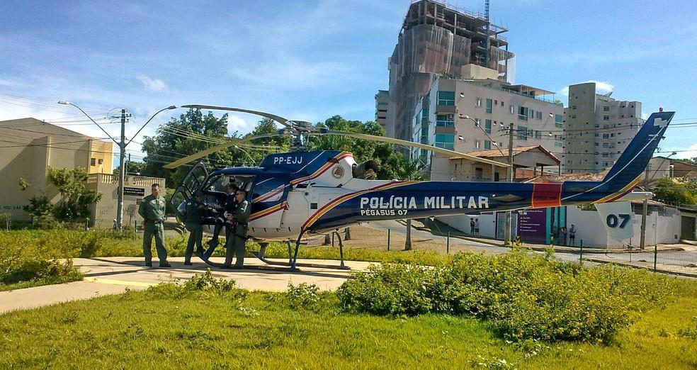 Vítimas estão sendo levadas para hospitais de Montes Claros no helicóptero da PM (Foto: Fábio Alexsandro/ Inter TV)