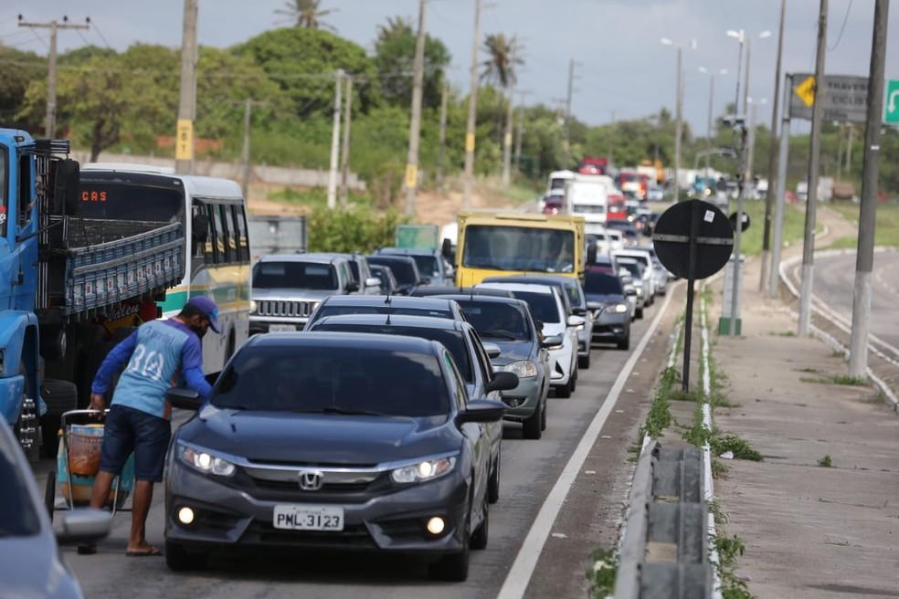 Saídas de Fortaleza têm fiscalização para evitar que pessoas viajem para celebrar carnaval — Foto: José Leomar/SVM