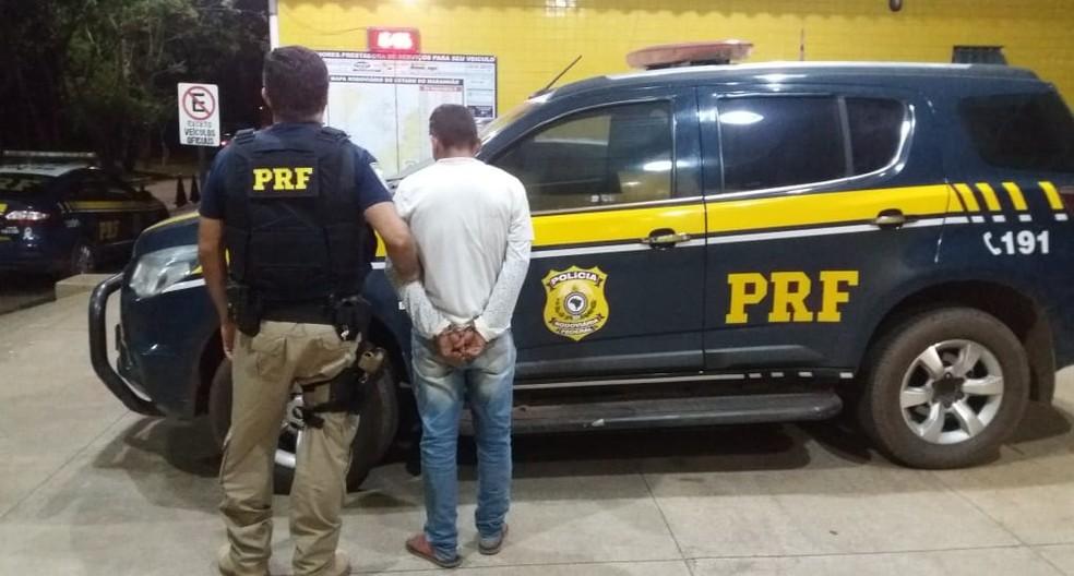 Homem de 24 anos que não teve a sua identidade revelada seguia da cidade de Belém, no Pará, para Goiânia, em Goiás — Foto: Divulgação/Polícia Rodoviária Federal