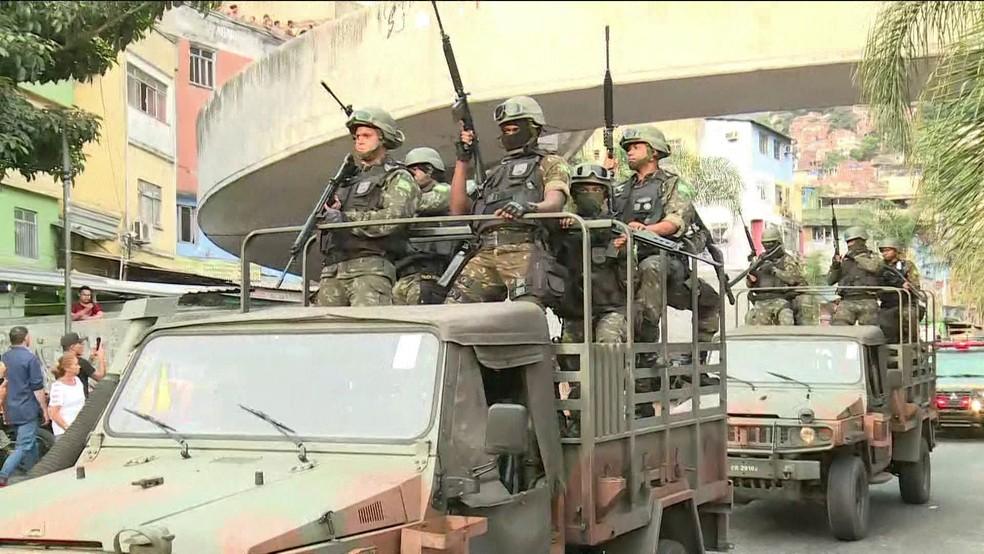 Tropas do Exército começaram a montar o cerco à Rocinha no final da tarde de sexta-feira (22) (Foto: Reprodução GloboNews)