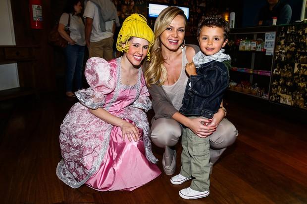 Eliana com o filho (Foto: Manuela Scarpa/Photo Rio News)