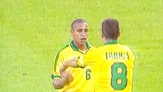 """Em modo """"churrasco"""", Roberto Carlos repete curva histórica de golaço de falta em 1997"""