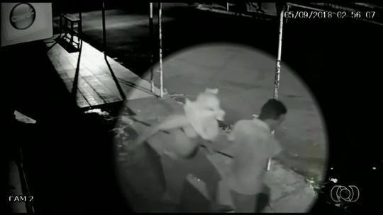 Vídeo mostra homem tentando matar amigo com golpes de garrafa de vidro em Nazário
