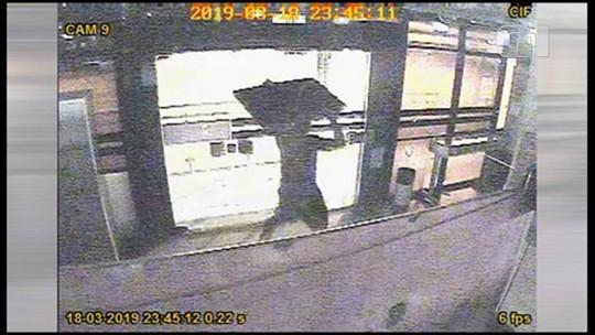 Homem é preso ao tentar roubar televisor de agência bancária no Recife; veja vídeo