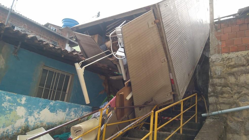 Caminhão transportava mudança quando carga caiu em cima de casa no Cabo de Santo Agostinho, no Grande Recife — Foto: Defesa Civil do Cabo de Santo Agostinho/Divulgação