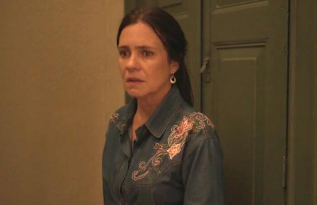 No sábado (7), Thelma (Adriana Esteves) entrará em trabalho de parto e vai correr risco de morrer (Foto: Reprodução)
