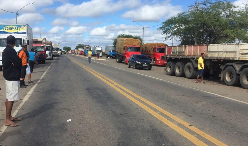 Manifestantes interditam BR-428 entre Petrolina e Lagoa Grande-PE. (Foto: Leciane Lima/ TV Grande Rio)