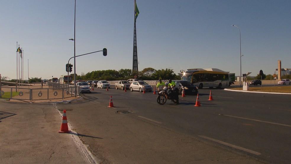 Policiais militares retiram moto do meio da pista (Foto: Reprodução/TV Globo)
