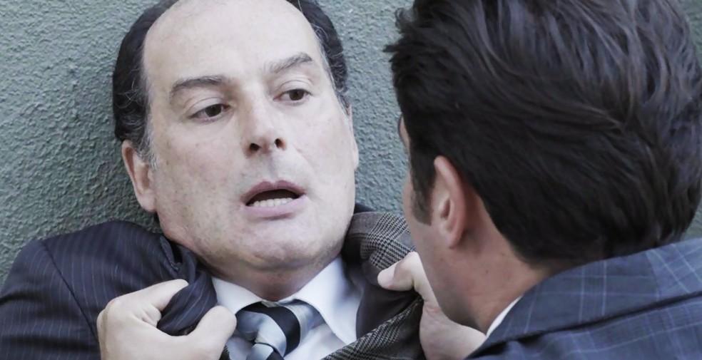 O falso detetive diz que está a mando de Lorde Williamson e deixa Darcy sem reação  (Foto: TV Globo)