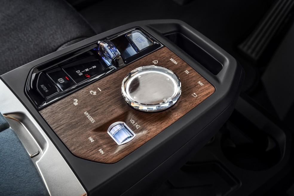 Console de madeira e botão touchscreen feito de vidro — Foto: Divulgação