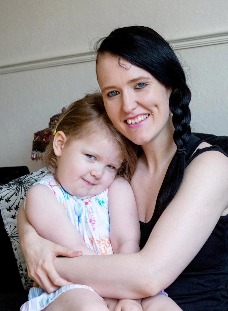 Ophelia e a mãe (Foto: Reprodução SOUTH WEST NEWS SERVICE)