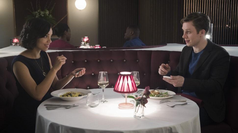 "Distopia dos aplicativos de namoro é tema do episódio ""Hang The DJ"" da série Black Mirror. (Foto: Reprodução / Black Mirror)"