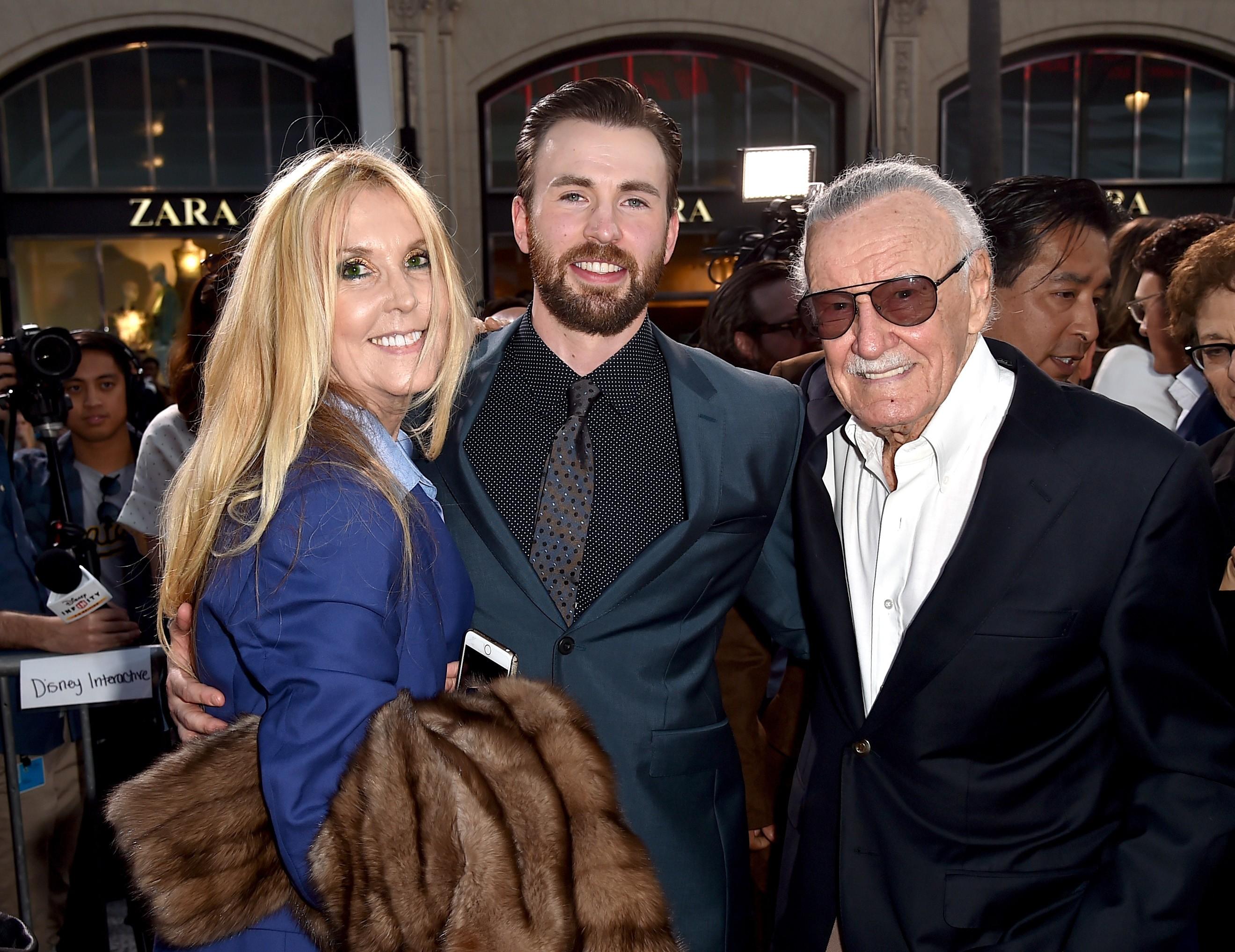 O quadrinista Stan Lee com a filha e o ator Chris Evans, intérprete do herói Capitão América (Foto: Getty Images)