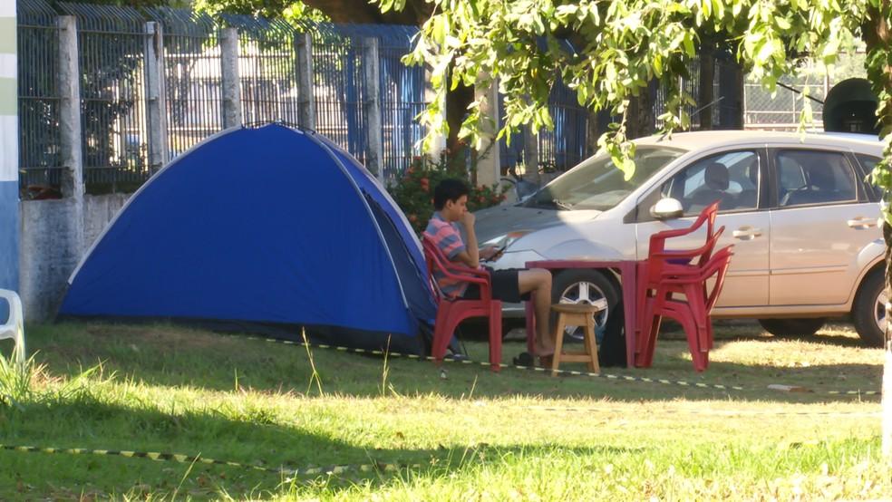 Integrantes de comitivas se acamparam na Avenida Tancredo Neves para guardar lugar e assistir a cavalgada.  — Foto: Rede Amazônica/Reprodução