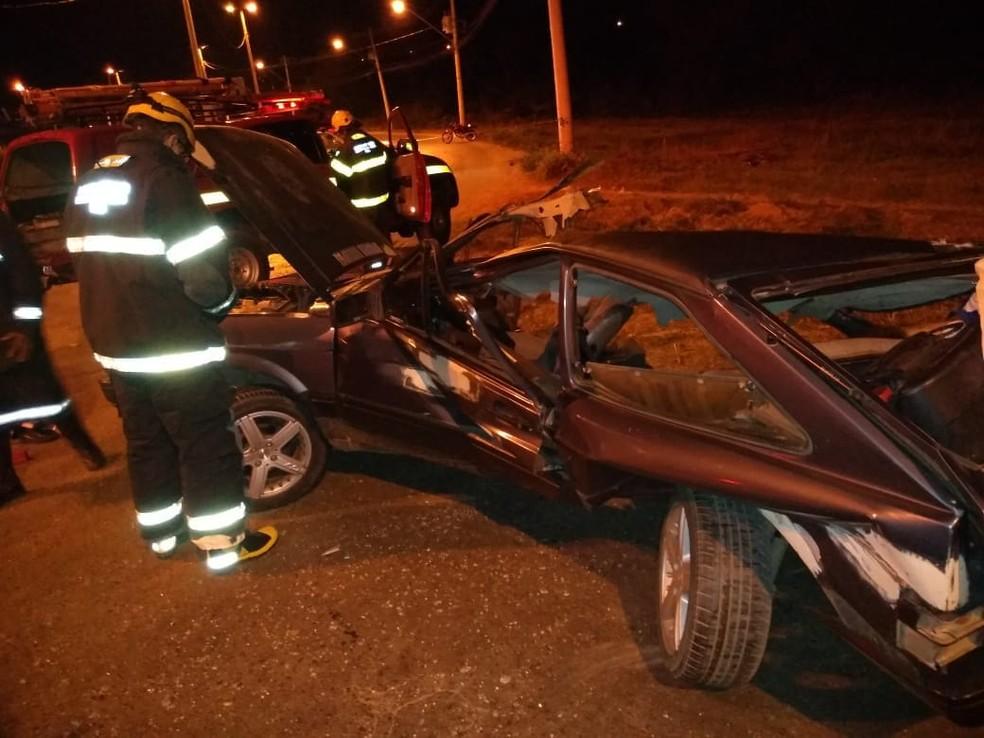 Segundo os bombeiros, carro se partiu ao meio com o impacto (Foto: Corpo de Bombeiros/Divulgação)