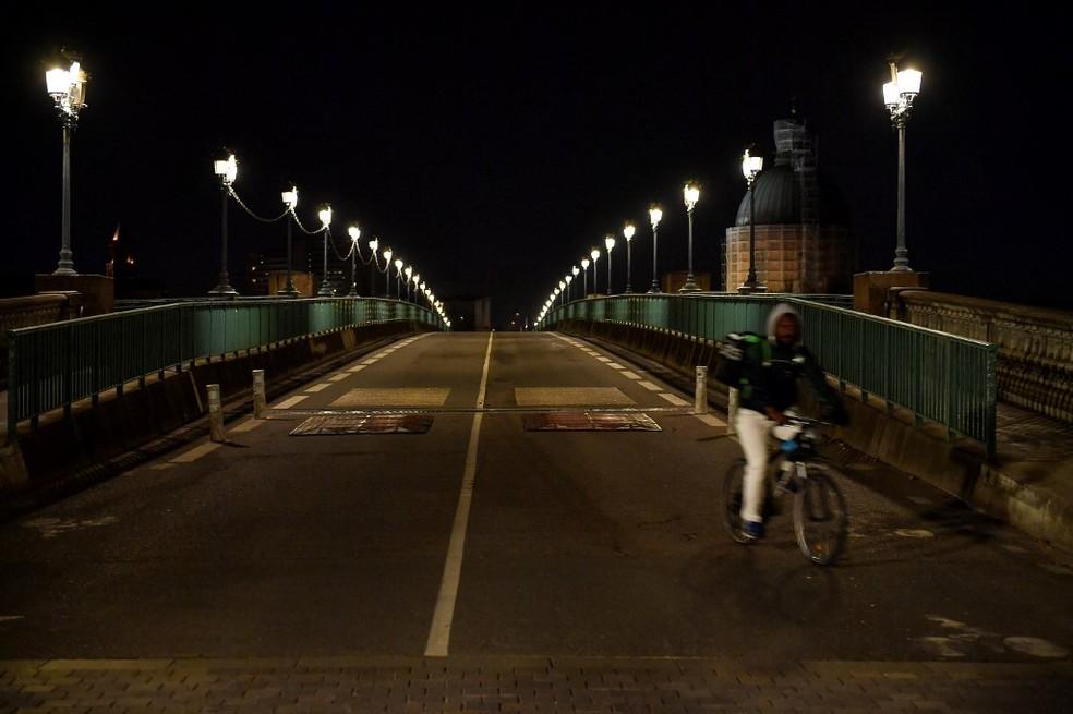 Foto de janeiro de 2021 mostra entregador de delivery em Toulouse, na França — Foto: Georges Gobet/AFP