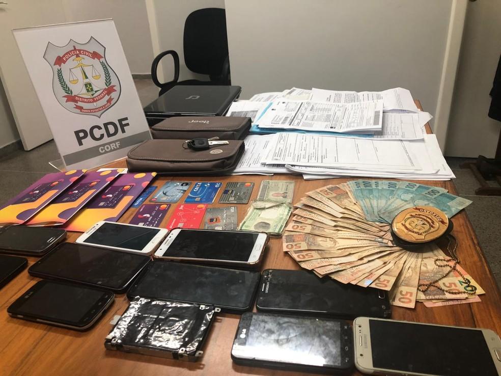 Dinheiro, cartões, documentos e celulares apreendidos na operação Fake DUT — Foto: Polícia Civil do DF/Divulgação