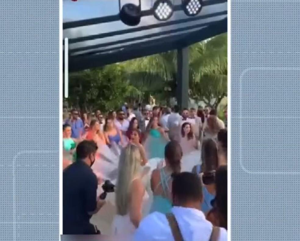 Médicos de MG infringem decreto e casam na Bahia em festa com aglomeração de mais de 300 pessoas — Foto: Reprodução/TV Bahia