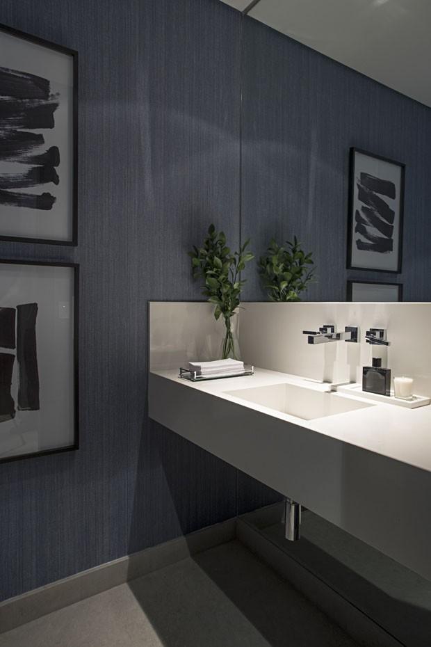 Apartamento masculino com décor em tons escuros (Foto: Guilherme Morelli)