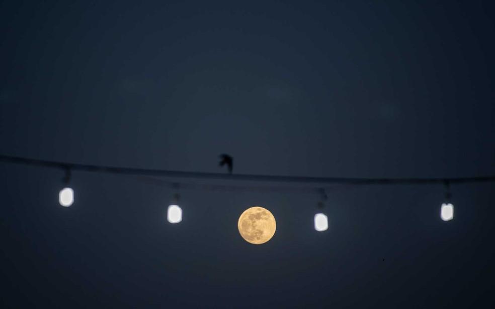 A lua cheia na capital síria, Damasco — Foto: Hassan Ammar / AP Photo