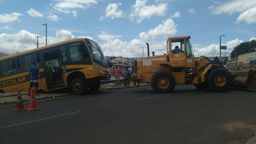 O ônibus foi retirado com o auxílio de uma retroescavadeira. — Foto: Valéria Alves/SVM