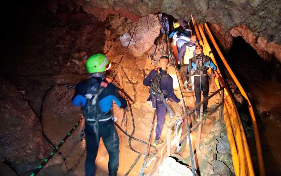 Equipes de resgate no interior da caverna, em imagem de arquivo (Foto: Marinha Real de Tailândia /  via AP Photo)