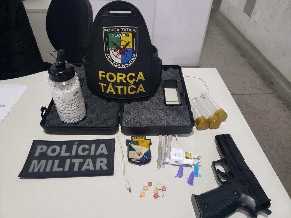 Drogas e simulacro apreendidos  — Foto: Divulgação/PM/SE